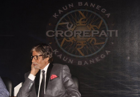 Whose feet did Big B touch for blessings on KBC 11?