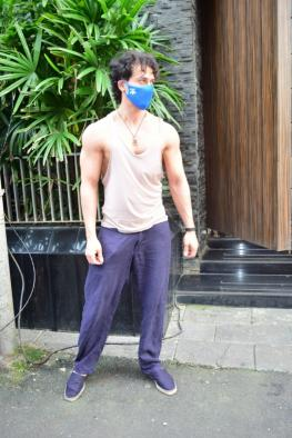 Tiger Shroff flaunts washboard abs in new shirtless pic