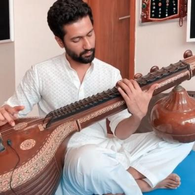 Vicky Kaushal plays Ae watan on Veena to celebrate Independence Day
