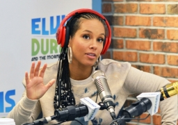 Pregnant Alicia Keys posts nude photo for a cause