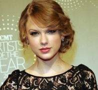 Taylor Swift's hair gets messed up by sudden gust